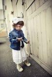Portrait urbain de petite fille bouclée de hippie Photo libre de droits