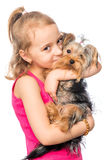 Portrait vertical d'une fille avec un terrier d'animal familier Images libres de droits