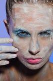 Portrait vertical de femme avec la peinture sur son visage Photo stock