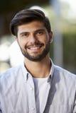Portrait vertical de jeune homme barbu se reposant dehors photos stock