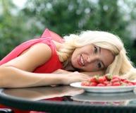 Portrait von blonde Erdbeeren Lizenzfreie Stockfotos