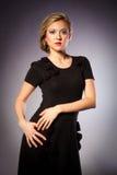 Portrait von blonde Mädchen im schwarzen Kleid Lizenzfreies Stockfoto