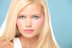 Portrait von blondem mit Durchdringen-blauen Augen Lizenzfreie Stockfotografie
