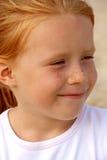 Portrait von boshafte red-haired Mädchen 5 Jahre Lizenzfreie Stockbilder