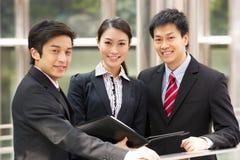 Portrait von drei Geschäfts-Kollegen Stockfotos