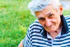Portrait von einem überzeugten älteren Mann lizenzfreie stockbilder