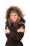 Portrait von einer glücklichen gefrorenen Frau im Wintermantel Lizenzfreies Stockfoto