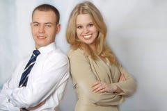 Portrait von zwei glücklichen jungen Geschäftsleuten Stockfotos