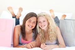 Portrait von zwei jugendlich Mädchen nach Einkaufenkleidung Stockfoto
