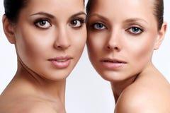 Portrait von zwei jungen Mädchen mit vollkommener Haut lizenzfreie stockfotografie