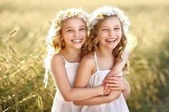 Portrait von zwei kleinen Mädchen stockbilder
