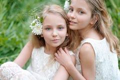 Portrait von zwei kleinen Mädchen Stockbild