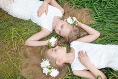 Portrait von zwei kleinen Mädchen Lizenzfreies Stockfoto