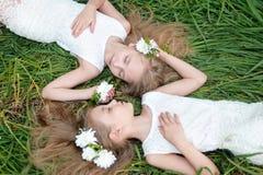 Portrait von zwei kleinen Mädchen Lizenzfreie Stockfotografie
