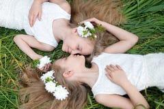 Portrait von zwei kleinen Mädchen Lizenzfreie Stockbilder