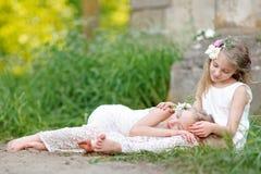 Portrait von zwei kleinen Mädchen Lizenzfreies Stockbild