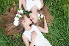 Portrait von zwei kleinen Mädchen Stockfotos
