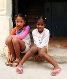 Portrait von zwei Mädchen in der Stadt Stockfotografie