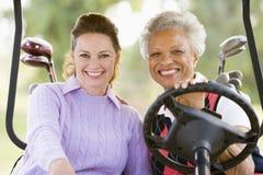Portrait von zwei weiblichen Golfspielern stockbild