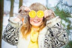 portrait winter woman young Ρηχό DOF Χαμογελώντας γυναίκα με τις φυσικές βιταμίνες το χειμώνα Στοκ εικόνα με δικαίωμα ελεύθερης χρήσης