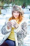 portrait winter woman young Ρηχό DOF χαμογελώντας γυναίκα τσ Στοκ φωτογραφία με δικαίωμα ελεύθερης χρήσης
