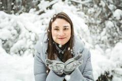 portrait winter woman young Φυσώντας χιόνι χειμερινών γυναικών στο δάσος Στοκ φωτογραφία με δικαίωμα ελεύθερης χρήσης