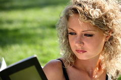Portrait of a woman reading a book Royalty Free Stock Photos