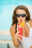 Portrait of woman in swimsuit drinking cocktail Royalty Free Stock Photos