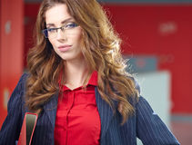 Portrait of a young business woman smiling, in an office en Royalty Free Stock Photography