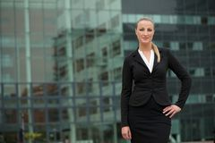 Portrait of a young business woman standing outside Royalty Free Stock Photos