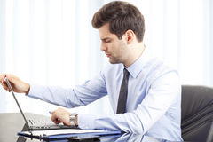 Portrait of young businessman with laptop Royalty Free Stock Photos