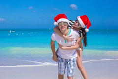 Portrait of young couple in Santa hats enjoy beach Royalty Free Stock Photos