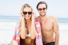 Portrait of young couple wearing sunglasses at beach Royalty Free Stock Photo