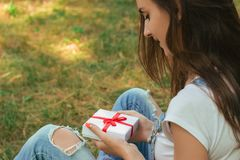 Portrait of a young lady that holds gift box Royalty Free Stock Photography