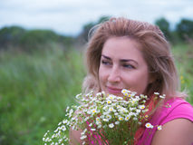 Portrait of young woman with bouquet of daisies. Royalty Free Stock Photos