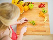 Portrait of young woman making fruits salad Royalty Free Stock Photography