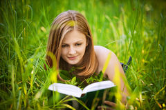 Portrait of young woman reading Royalty Free Stock Photography