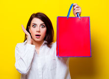 Portrait of young woman with shopping bag Royalty Free Stock Photography