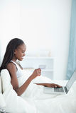 Portrait of a young woman shopping online Royalty Free Stock Photos