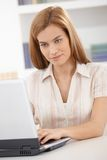 Portrait of young woman using laptop smiling Royalty Free Stock Photos