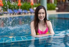 Portrait of young woman in swimming pool Royalty Free Stock Photos