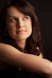 Portraitbrunette-junge Frau lizenzfreie stockbilder