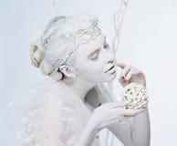 Portraitdame im Weiß mit Kugel Stockfotografie