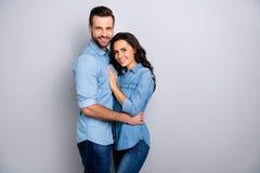 Portraite de beaux soulmates attirants montrant leurs chemises de port de denim satisfaites par passion d'isolement sur l'argent photo libre de droits