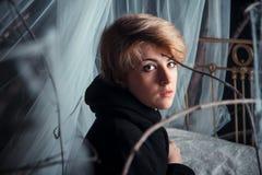 Portraite de uma menina bonita na floresta encantado fotografia de stock