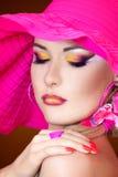 Portraite eines blonden Mädchens mit einem Hut Stockbilder