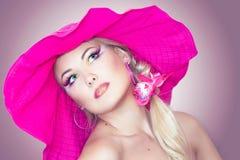 Portraite eines blonden Mädchens mit einem Hut Lizenzfreies Stockbild