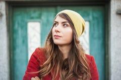 Portraite modniś dziewczyna w mieście Zdjęcia Royalty Free