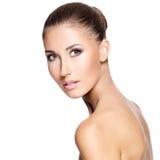 Portraite van een mooie vrouw met gezond gezicht Stock Afbeelding