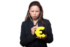 Portraitfrau, die Eurostethoskop überprüft Stockfotos